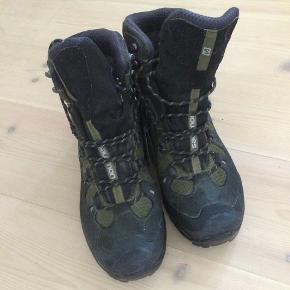 Vandrestøvler af mærket Salomon. Støvlerne er model Quest 4D 2 GTX.Støvler aldrig brugt. Nypris ca. 1200 kr. Kan sendes hvis køber betaler porto.