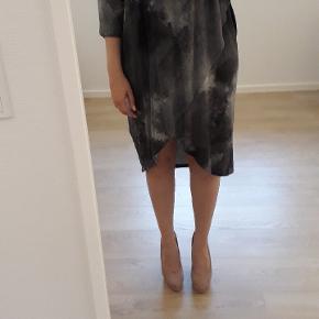 Lækker løstsiddende kjole i en blød kvalitet.   Vask: 30 grader   Fra røg - og dyrefrit hjem