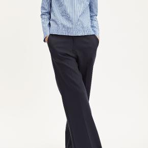 Sorte ubrugte bukser med vide ben, med tag, sælges da de er for små til mig. Førpris 1199,-