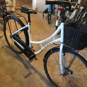 Fin men brugt cykel som skal have skiftet kæde og dæk. Cyklen har 7 gear og er med fodbremse.