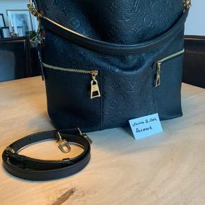 """Hvis en fornuftig pris opnås, sælger jeg denne taske. 🖤Virkelig smuk og sjældent udbudt Louis Vuitton """"Mélie"""" i sort Empriente🖤 Taskens stand er i den gode ende af god men brugt. En anelse slid ses på hjørner og hardware. Se billeder i kommentar feltet. Bytter ikke, køber betaler eventuelt gebyr og fragt."""