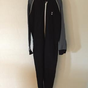 Hummel jumpsuit i str. 134-140 sælges. Brugt få gange.  Kan afhentes i Hjerting.