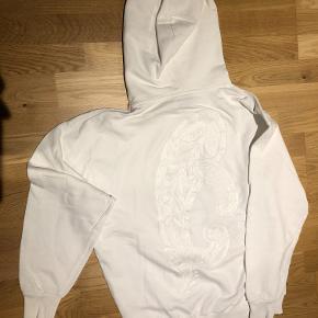 Super cool hoodie sweatshirt fra Acne med broderet paisley på ryg. 100% bomuld. Er kun brugt en enkelt gang og er helt som ny! Et virkelig godt køb!