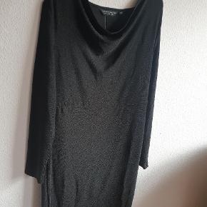 Sort langærmet kjole med diskret lurexeffekt, der gør den velegnet til både hverdag og fest. Kjolen har lange ærmer og lille vandfaldsudskæring for et blødt look.  Længden er til lige under knæet.
