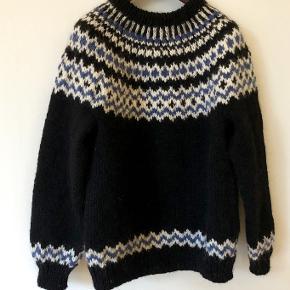 Lækker - og dejlig varm herresweater strikket i islandsk uld - alafoss lopi. Farverne på det viste foto er bundfarve sort og mønster i blå og hvid. Sweateren kan også bestilles i 3 andre farver. Se farvekort Strikkes på bestilling i størrelse: S - M - L Passer til en brystvidde på: 104 - 112 - 119 cm  Modtager MobilePay