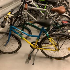 Skal pumpes og måske lappes:-) I SUPER stand da den altid har stået inde. Totalt retro børne cykel. Passer til en pige mellem 8-12 agtigt.