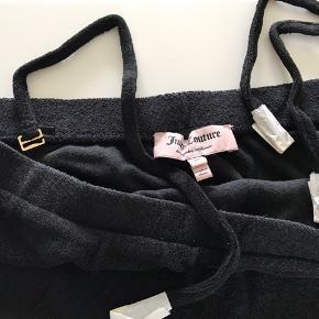 Frotte sommerkjole (elastisk) - med aftageloge stropper (se billede) - aldrig brugt.  Talje (ikke strukket) ca 2x43 - ikke stram Elastik over barm er 2x 38 (ikke strukket ud)  Vasket en enkelt gang.   Mp 300,- plus dao