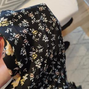 Smuk midi nederdel fra Gina Tricot. Sort med små blomster på 🌸 passes af både xs og S. Jeg er selv xs