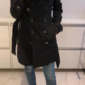 Sælger min burberry frakke da jeg har købt andre frakker.  Kostede 8000 kr dengang. Købt på strøget. Dustbag og kvittering medfølger. Den er brugt højst 7 måneder.