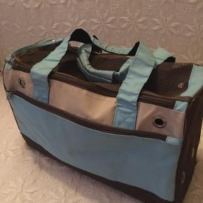 Hundetransport taske  Til lille str hund - under 3 kilo  Ingen huller eller slidtage  Jeg bytter ikke  Ingen bud. Prisen er fast Afhentning på Bornholm Mobilepay haves Kan sendes med gls for sælges regning