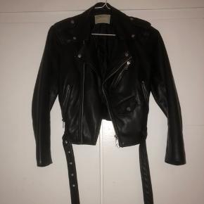 Hey sælger den her fede jakke fra zara, da jeg ikke bruger den mere. Np: 350 Mp:150kr Kun brugt 4-5 gange.