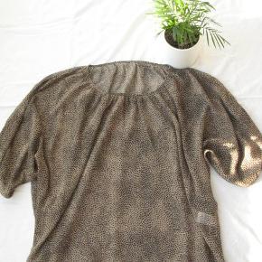 *Send mig en besked, hvis du ønsker at købe flere varer, så laver jeg én samlet handel, så du sparer porto.  Str. XL/XXL. Fin transparent bluse.  Brystmålet kan ikke måles, da blusen har flagermusærmer. Længde ca. 65  Jeg tager desværre ikke billeder med tøjet på.