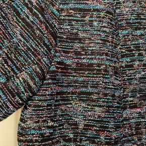 Rigtig fin jakke med kort ærme og med sølvtråde i stoffet, uden knapper/lynlås. Brugt meget gå gange