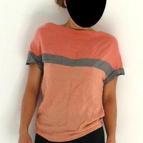 Varetype: t-shirt 100% silke Farve: Rosa, fersken, grå  JEG LUKKER ANNONCEN I DET ØJEBLIK VAREN ER SOLGT!  Jeg bytter desværre ikke, ejheller delvist. Prisen er fast og står angivet ovenfor. Vær sød at respektere dette. Evt. fragt tillægges og er angivet nedenfor.  * * * VARE INFO * * * Skøn casual tee i krøl silke Super bahaglig og fin Kan vaskes på uld/silke program Pæn stand, brugt få gange  mål ærmelængde fra armhulen 56 længde fra nakken og ned 3 armhule til armhule 45  materiale 100% silke  Det er mig der agerer model, jeg er 168 høj, jeg er en regulær størrelse small/36  og vejer 58 kg  * * * HANDELS INFO * * * - Ønsker du en TSpay (TRENDSALES HANDEL) tillægges gebyr på 5% den angivne pris og fragt - Ønsker du at HANDLE VIA BANK/MOBILEPAY skriv din mail, så kontakter jeg dig med info - Ønsker du at AFHENTE er du velkommen hos mig på Amager (500 m. fra både Amagerbro og Islandsbrygge metro st.) skriv din mail, så kontakter jeg dig med info, jeg kan KUN mandag - torsdag kl 17-18 - Jeg mødes IKKE ude i byen og handler  * * * FRAGT * * *  - Fragt er angivet som pakke uden omdeling DAO 37kr (afhentet nærmeste DAO kiosk (http://www.dao.as/vores-pakkeshops/)(med 'DAO' forsikring, track and trace)(http://www.dao.as/language/da/) - Fragt pakke uden omdeling 49kr (afhentes på nærmestposthus/postbox)(med 'Postnord' forsikring, track and trace) - Fragt pakke med omdeling 73kr (afhentes på nærmestposthus/postbox)(med 'postnord' forsikring, track and trace) - Fragt som brev post 60kr (uden 'postnord' forsikring)(handler ikke TSpay brevpost uden indleverings attest +14kr)  * * * ØVRIG INFO* * *  - Mit hjem er et ikke ryger hjem og jeg holder ikke husdyr. - Mit tøj er vasket i neutral og jeg tumbler ikke. Bruger ikke parfume ;)