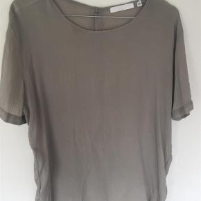 Brand: Aglini Varetype: Bluse Farve: Grålig  It. 44. Dansk 40. 93% silke 7% elastan  Sender med DAO.
