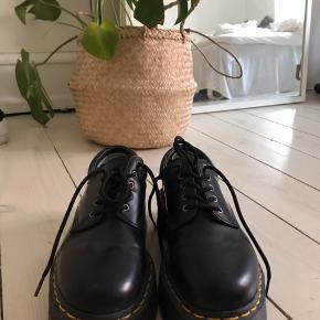 Dr. Martens platform sko. Nypris 1300kr, næsten ikke brugt. Str.38