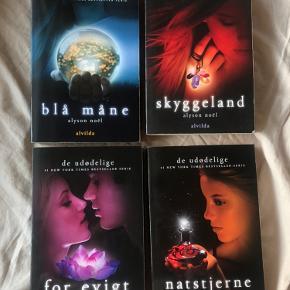 """Bogserien """"De udødelige"""" af Alyson Noël. Alle seks bøger i serien. Fire af bøgerne har aldrig været brugt - der kan ses lidt slid på den første bog """"Evermore"""". Nypris pr. bog er ca. 150kr. Det er muligt at købe dem seperat hvor prisen er 50kr pr. bog eller alle samlet til 250kr ✨"""