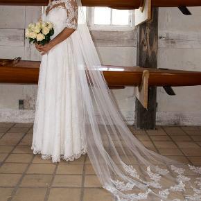 Passer en str 38, str 40, str 42 og str 44 da den kan justeres og strammes ud/ind på ryggen.  Jasmine Empire brudekjole med smukt broderi. Nypris 12.500kr. Sælges for 4500kr.  Kjolen er meget fin og i god stand.  Det skal lige siges at kjolen er en størrelse XXL/EUR 44. Jeg er selv en str. S/M, og kjolen var en lille smule løs til mig på ærmerne(men ikke noget man kunne se), så den kan også bruges hvis man er mindre end størrelse XXL.  Man er selvfølgelig meget velkommen til at komme og prøve den. Jeg opholder mig dels i København og nær Randers. Skriv hvis du ønsker at se flere billeder :-)