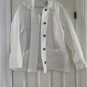 Denim jakke fra Weekday i hvid cowboy stof og a-facon. I rigtig fin stand. Bytter ikke, handles der over ts betaler køber ts gebyr