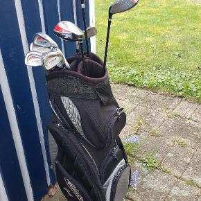 Et godt begyndersæt, Wilson golfbag med forskellige jern af hhv. stål og grafit. 1 driver, 2 fairway køller, 6 jern, mrk. bl.a. OZONE. Sælges samlet for 750,- (skal afhentes).