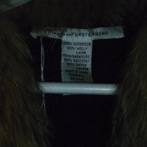 Meget lækker koksgrå lun vest i 100 % uld med aftagelig vaskebjørnskrave fra Diana von Fürstenberg. Str. S passer en 36/38 Nypris 2500 kr