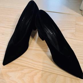 Smukkeste stiletter fra Notabene. Tyk blokhæl og elegant spids. Super behagelige at gå i. De kan snildt bruges til både hverdag og fest. Hælen måler 6,5 cm og ca. 4,5 cm bred. Stiletterne er str. 38 og normal i størrelsen. Model: Joyce i Velour Black.  Stiletterne er brugt få gange og fremstår i pæn stand! Bytter ikke til andre vare:)