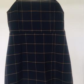 Kjole/ Spencer fra Monki - lukkes med lynlås i ryggen. Der er justerbare stropper og stræk i stoffet - der står str. 40 i den men jeg er en 36-38 og passer den, så derfor har jeg angivet størrelsen til medium. Men eftersom der er stræk i kan den nok godt passe en 40 også. Fed over en hvid skjorte eller højhalset bluse. Foto 3 viser modellens pasform på - men er i et andet materiale.