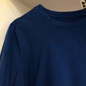 Blå tshirt fra Nike str m. Har en lille plet ved kraven men det er ikke noget man ligger mærke til.