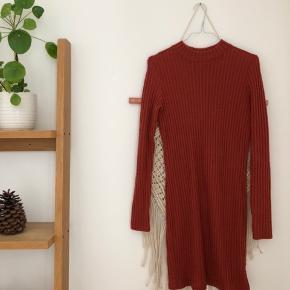 Flot mørkerød strikkjole fra UO. I tyndt strik, så passer perfekt til årstiden 👌🏽  Kom endelig med et bud 🌻 Tjek også mine andre annoncer med tøj fra Monki, Zara, Boii, Weekday mm. 🌸🕺🏼 #trendsalesfund