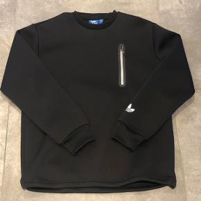 Adidas - Sort Crew med reflex logo, lidt noget andet ind man ser - Str. M - pris: 249kr