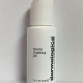 Dermalogica Special Cleansing Gel er en lækker rense-gel til alle hudtyper. Denne skummende, sæbefri rensegelé fjerner effektivt og blidt urenheder i huden, uden at udtørre. Ekstrakt fra lavendel sørger for at rense huden og citronmelisse beroliger og lindrer huden, og efterlader den frisk og kølig. Rensegeleen er desuden yderst velegnet som makeupfjerner.  30 ML REJSESTØRRELSE Giv et bud