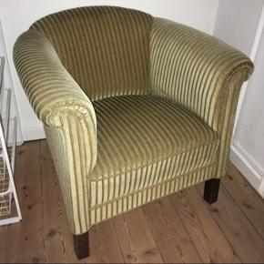 Lænestol i grønt skinnede fløjl. Der er en plet på siden, som ses på billede 2. Den er ikke så tydelig. Benene er i mørkebrunt træ. Sælges på grund af flytning.