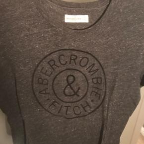 Sælger denne fine a&f T-shirt da jeg ikke får den brugt mere Np 300,- Tager alle bed til overvejelse - så byyyd :))