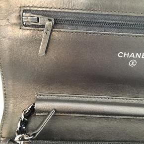 Chanel WOC / Wallet on chain taske købt i Chanel i Paris (rue Cambon).  Den er sølv/grå og super anvendelig til hverdag som fest. Kan både bruges som skuldertaske og cross body.  Den er brugt men i meget fin stand (se billeder). Der er en smule brugsspor ved trykknappen og indvendigt der hvor kortholderen. Hjørner er pæne.  Kvittering, authenticity card, dustbag, æske, care card og stofbånd medfølger.  Nyprisen i dag på en klassisk WoC ligger på DKK 18.390 - og opefter.  Køber betaler porto og TS gebyr men jeg handler gerne via mobile pay.