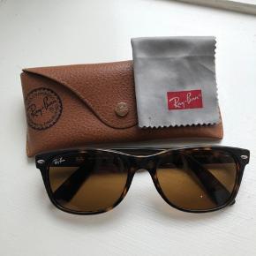Super fede Ray-Ban solbriller fra kollektionen Wayfarer i brun skildpadde farve. Lidt ridser på glasset. Kan bruges af både kvinder og mænd.
