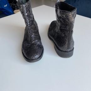 Fed støvle fra Billi Bi. Med grå slangeskindsnuancer. Sælger da de bare står og fylder.