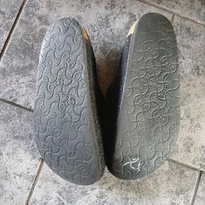 Varme birckenstock sutsko/hjemmesko købt på trendsales, men desværre for små.  Der er kommet en smule hvid maling under den ene sål, som jeg ikke har kunne fjerne.  Ellers en flot sko!