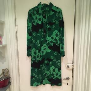 Flot vintage / retro kjole i grønne farver. Kjolen er i rigtig fin stand. Passer en str M. Mål: længde: 106 cm. Bryst: 2*44 cm. Talje: 2*46 cm.