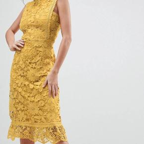 BOOHOO // Smuk gul kjole, næsten som ny. Originalpris: 360kr. Afhentes gratis eller sendes med DAO for 30kr.