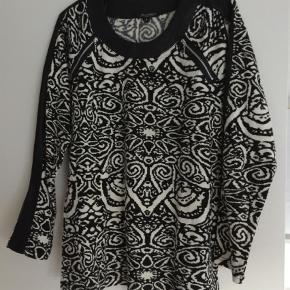 Varetype: Sweater Farve: Sort  Meget fin Brandtex trøje i str L.  Sort med lysegrå mønster - fine finesser.   Akryl, polyester og lidt elastan.  Anvendelig til meget.