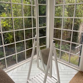 OBS hentes i Aalborg. ISFJORDEN spejl velegnet til brug i de fleste værelser. Kan hænges bælter, tasker mm. på siderne og sættes sko nederst👛👞 Ingen tegn på slid.