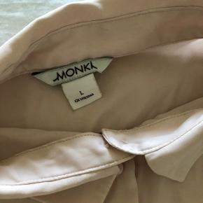 SÅ fin rosa skjortebluse i silke-agtigt stof. Har den også i sort.