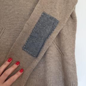 """Lækker cashmere sweater fra Hallum med fine """"lapper"""" på ærmerne"""
