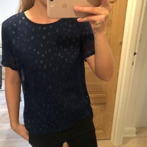 Virkelig fin bluse i mørkeblå med glimmer 💙