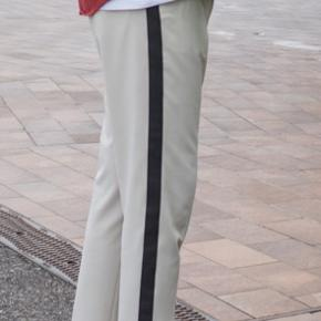 Jeg sælger disse super flotte bukser fra Asos. De er meget lidt brugt, da de er meget sarte i den hvide cremefarve.   Størrelse: W33 L34 Fitter tta