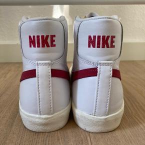 Mega fede Nike mid 77er  Kun brugt få gange Str. 36,5 men kan passe en 36 og 37