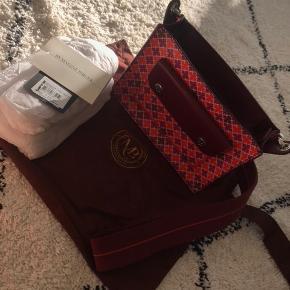 Rød by malene Birger taske  Købt i bahne i september 2018, har kvittering og dustbag Nypris er 2299,-