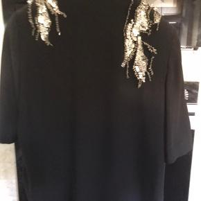 Smuk sort top med sølv perler/palietter  fra MB  Så fin til efterårets og vinterens fester.