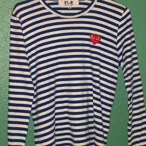 Sælger denne comme des garcons trøje, den har ingen huller eller pletter, det en str m men passes også af s og xs. BYD