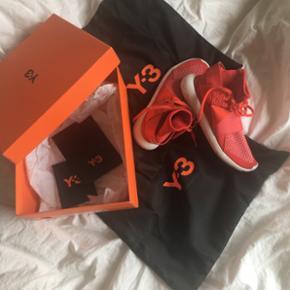 Sælger mine y3 - original pakke og indpakning haves stadig  De er brugt en gang og er så gode som nye, eneste forbrugsslid er under sko, hvilke ikke rigtigt har nogen effekt på selve skoen :) Skoen kan sendes, men er på eget ansvar - kassen vil ikke blive sendt  BIN er 2200, men jeg har ingen mp Np 2600 Str 36 - kan passes af 37 og lille 38